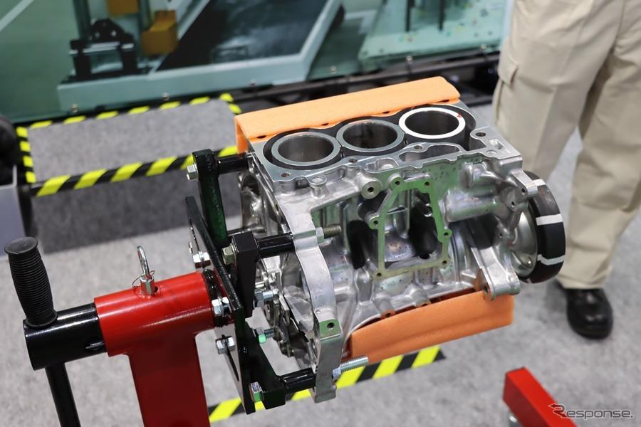 本物のタントのエンジンブロック。ピストンをはめ込むのは参加車達だ。撮影:中込健太郎