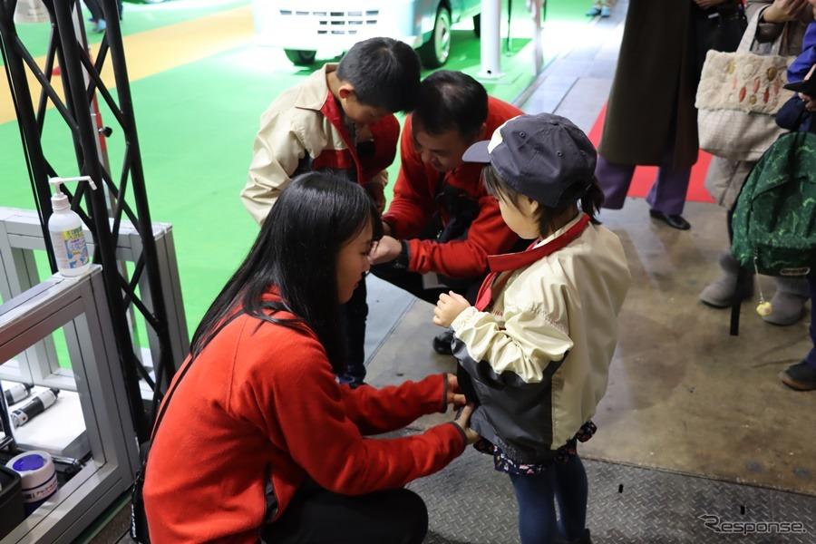 迎え入れるスタッフも手伝って作業着へ着替えたら、いざスタート。撮影:中込健太郎