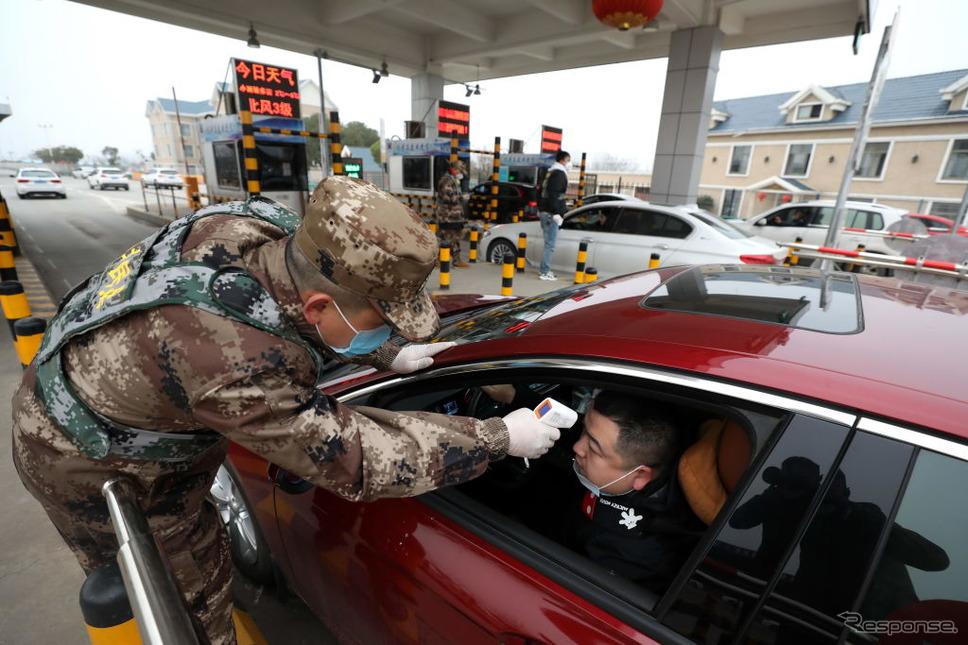 武漢市の高速道路料金所で行われている検温《photo (c) Getty Images》