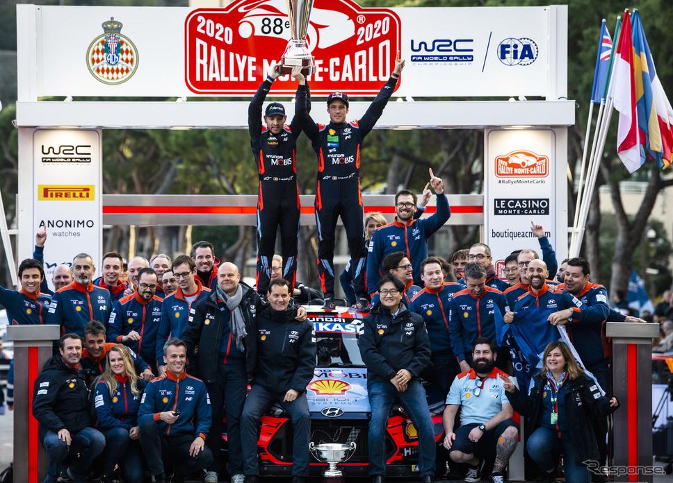 ヒュンダイのヌービルが開幕戦モンテを制した(中央右がヌービル、左はコ・ドライバーのN.ジルソー)。《写真提供 Red Bull》