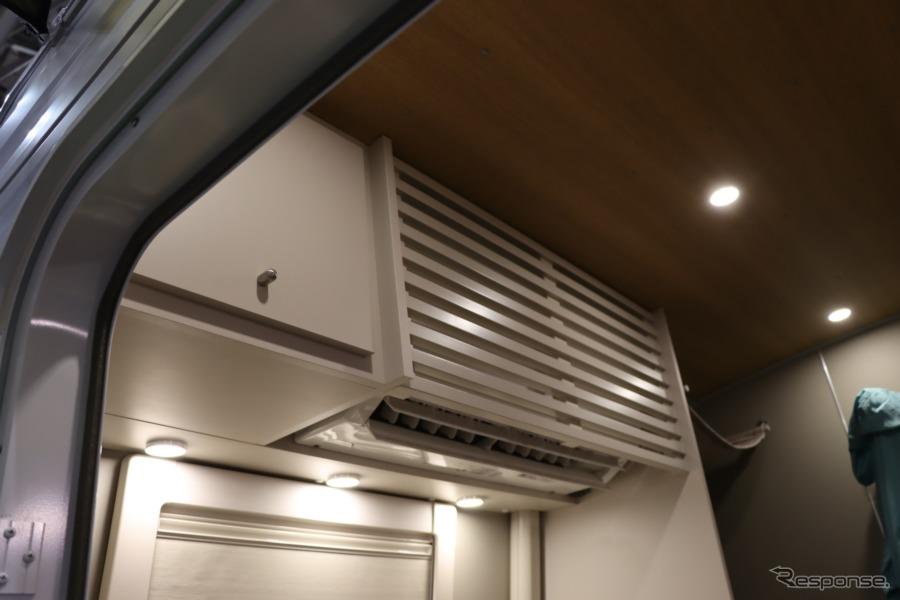 家庭用エアコンも。この格子状のカバーで覆われている。生活感も抑えることで一層くつろぐ時間にしようとしている。【撮影:中込健太郎】