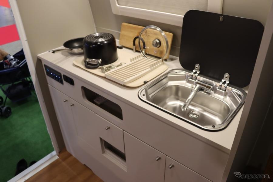 キッチンも完備。スペース的に必要なものを最小限にまとめている。【撮影:中込健太郎】