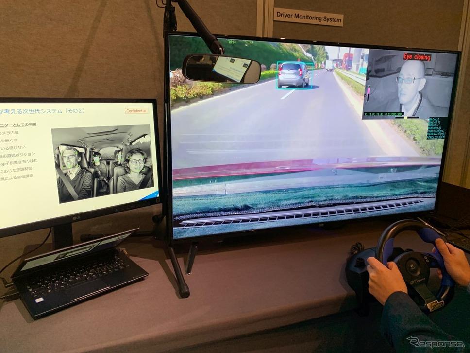 ルームミラーから発車された赤外線によって、ドライバーを監視するシステム《撮影 会田肇》