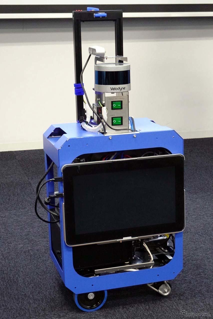 スーツ型の小型ロボットは、機内持ち込みサイズだが、重量は12kgある。最終的にはチェックインできるところまで目指す