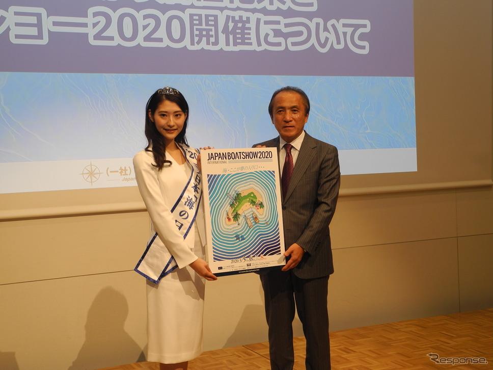 日本マリン事業協会の柳弘之会長と2020ミス日本「海の日」の森谷美雲さん《撮影 山田清志》