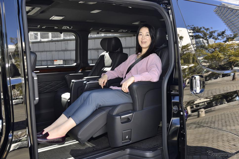 トヨタ グランエース Premium(3列6人乗り)の2列目シート《撮影 雪岡直樹》