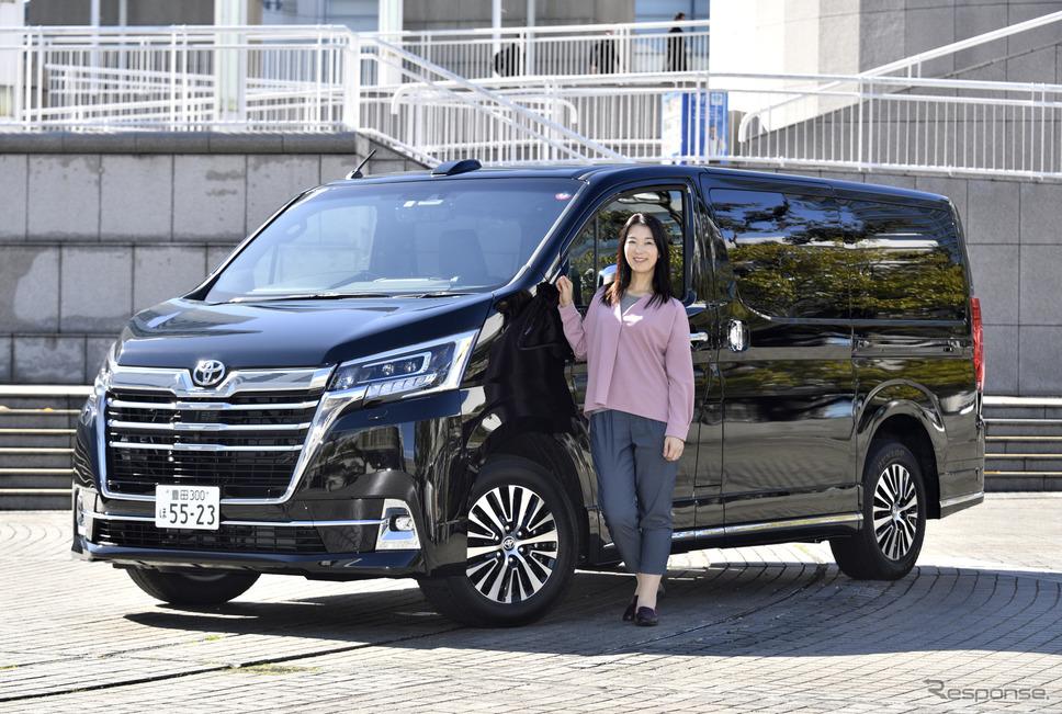 トヨタ グランエース Premiumとまるも亜希子さん《撮影 雪岡直樹》