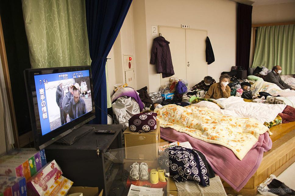 東日本大震災後、陸前高田市の避難所(2011年3月26日)《photo (c) Getty Images》