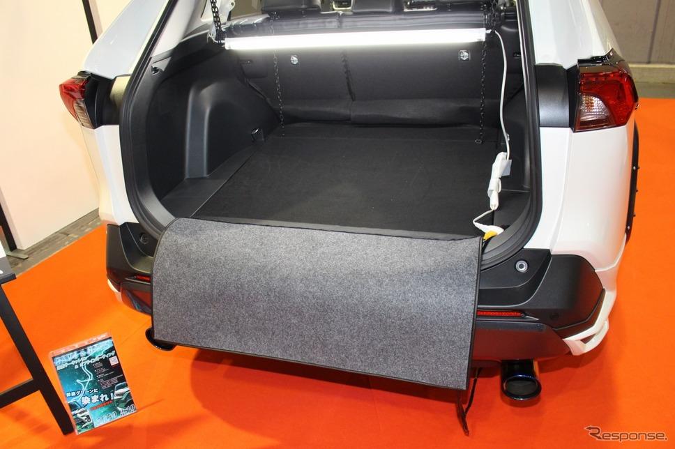 スパイシーチューンはRAV4に適合するパタパタリアバンパーガードを展示。荷物の出し入れ時にバンパーがキズ付くのを防ぐ実用アイテム。《PHOTO:土田康弘》