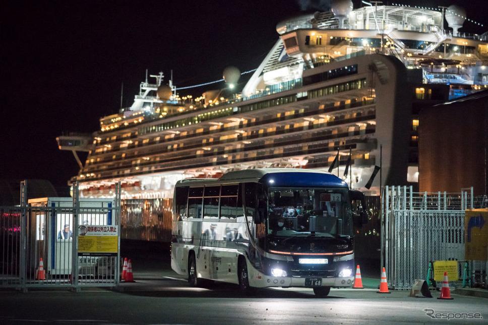 クルーズ船から下船して空港に向かう香港の観光客(2月19日)《photo (c) Getty Images》