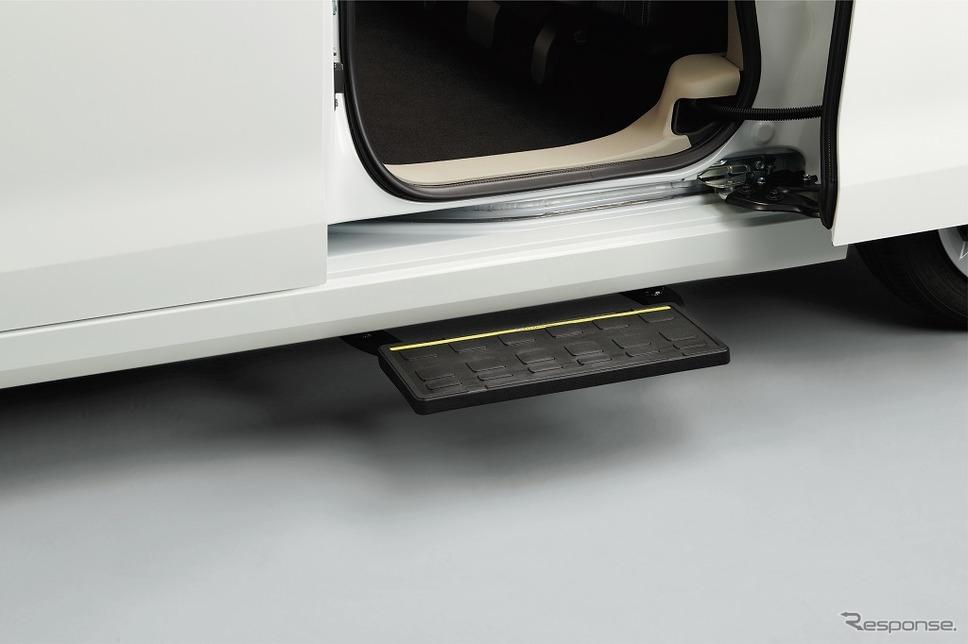 日産ルークス 送迎タイプ オートステップ(オプション)《画像:日産自動車》