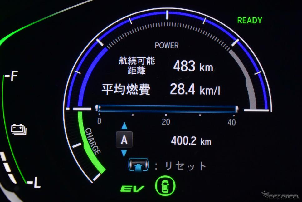 燃費は速いペースで走ったことを考慮すると驚くべき高水準で推移。日本の速度レンジでは最新のディーゼルでもマイルドハイブリッドなどの飛び道具を備えないかぎり、CO2排出量でガソリンフルハイブリッドに勝つのはもはや難しいだろうと感じられた。《撮影 井元康一郎》