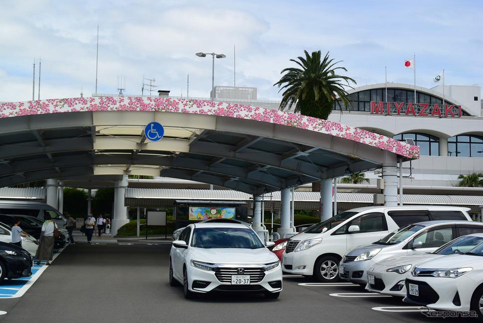 宮崎ブーゲンビリア空港にて。実際、日南ではいろいろなところでブーゲンビリアが咲き乱れている。《撮影 井元康一郎》