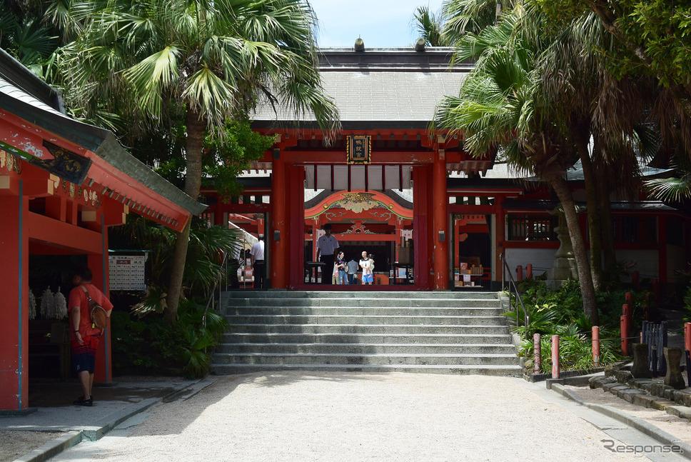 青島神社。この奥に亜熱帯性の植物が生い茂った場所があり、そこにも古い祠が。万葉の時代から浜でタカラガイを探し、自分の思いと共に神に捧げるという奉納が行われていた。《撮影 井元康一郎》