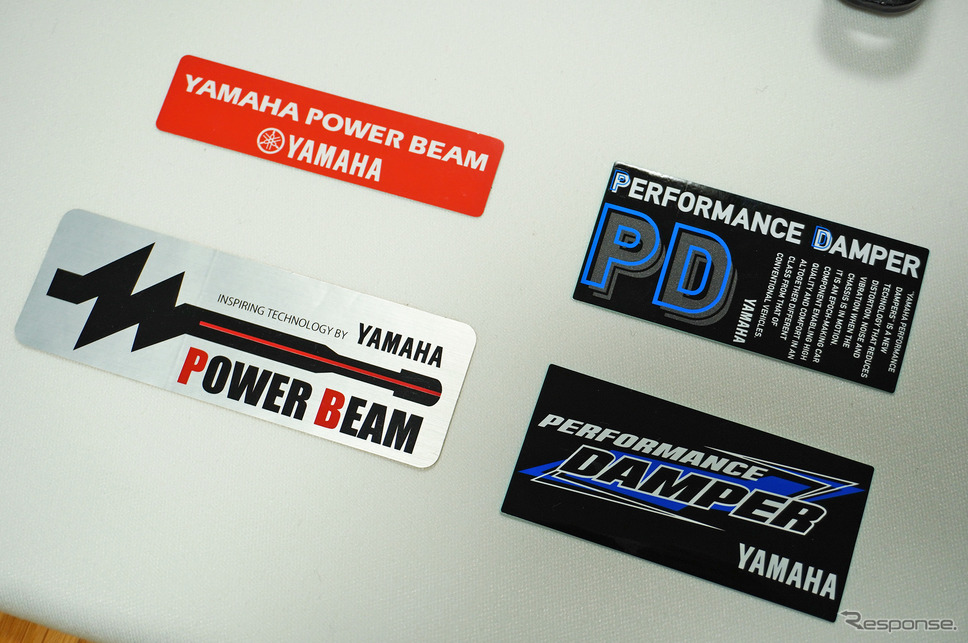 「ヤマハパワービーム」を名乗っていた頃のステッカーと。ヤマハ社内でもレアものだとか。《撮影 宮崎壮人》