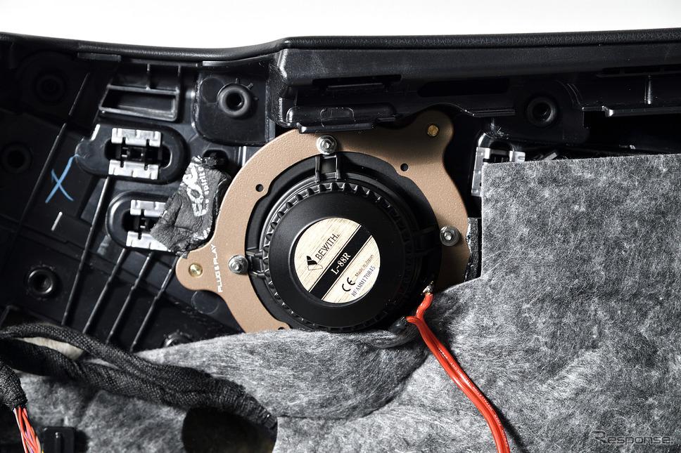 ドアに装着されるスピーカー。専用のメタルバッフルで強固に固定されている《PHOTO:雪岡直樹》