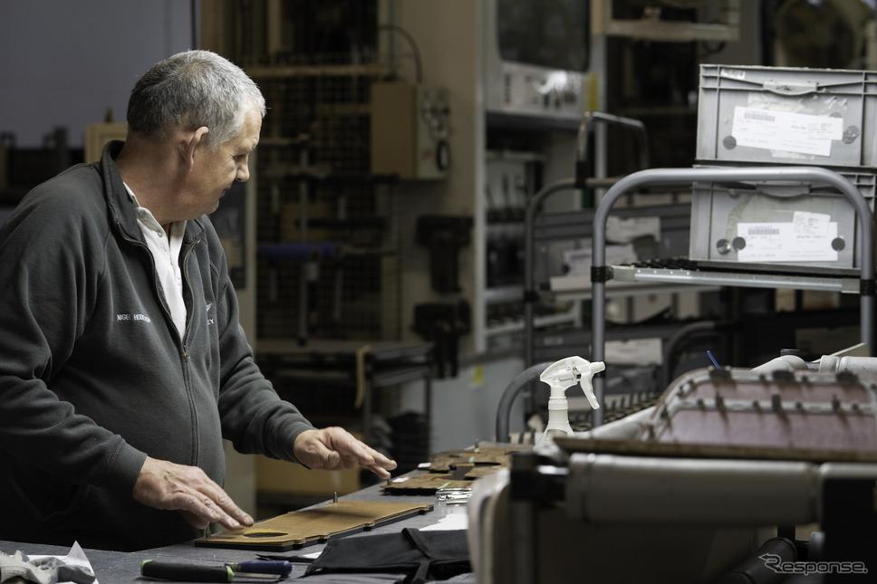 ベントレーのインテリアを生産するウッドショップ《Photo by Bentley Motors》