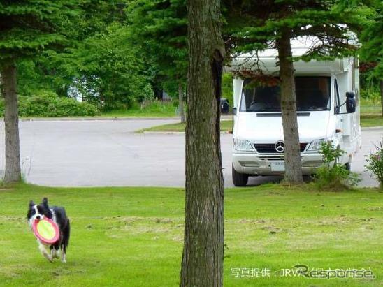 ペットと楽しむキャンピングカー(イメージ)《画像:日本RV協会》