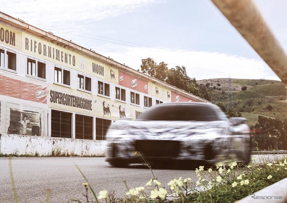 マセラティ MC20 の開発プロトタイプ。イタリア・シチリア島のかつて「タルガ・フローリオ」が開催されたフロリオポリのスタンド前を走行《photo by Maserati》