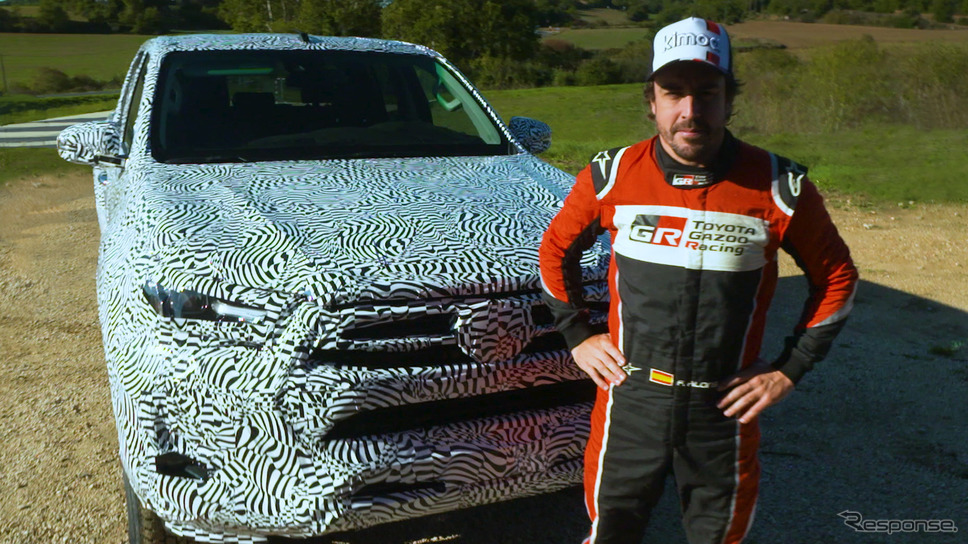 トヨタ・ハイラックス 改良新型のプロトタイプとフェルナンド・アロンソ選手《photo by Toyota》