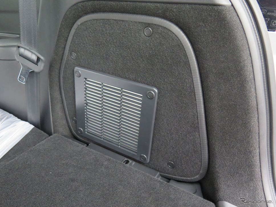 後席にある排気システムの部分。