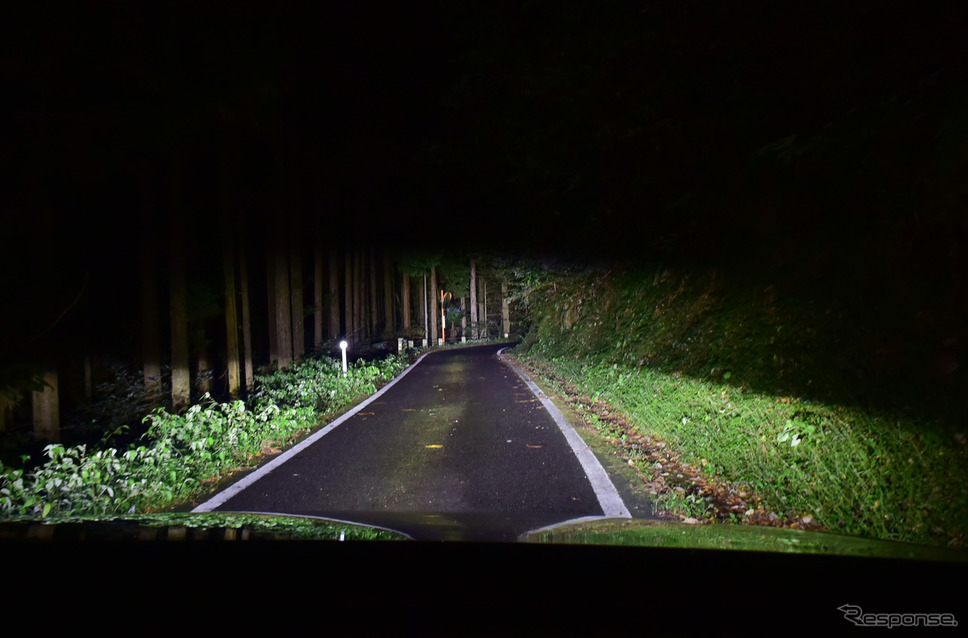 島根の山岳路を行く。ヘッドランプは明るいだけでなく照射範囲の広さ、照射ムラのなさ等々、満点という感じであった。さすがはロングツーリングの国の製品である。《撮影 井元康一郎》