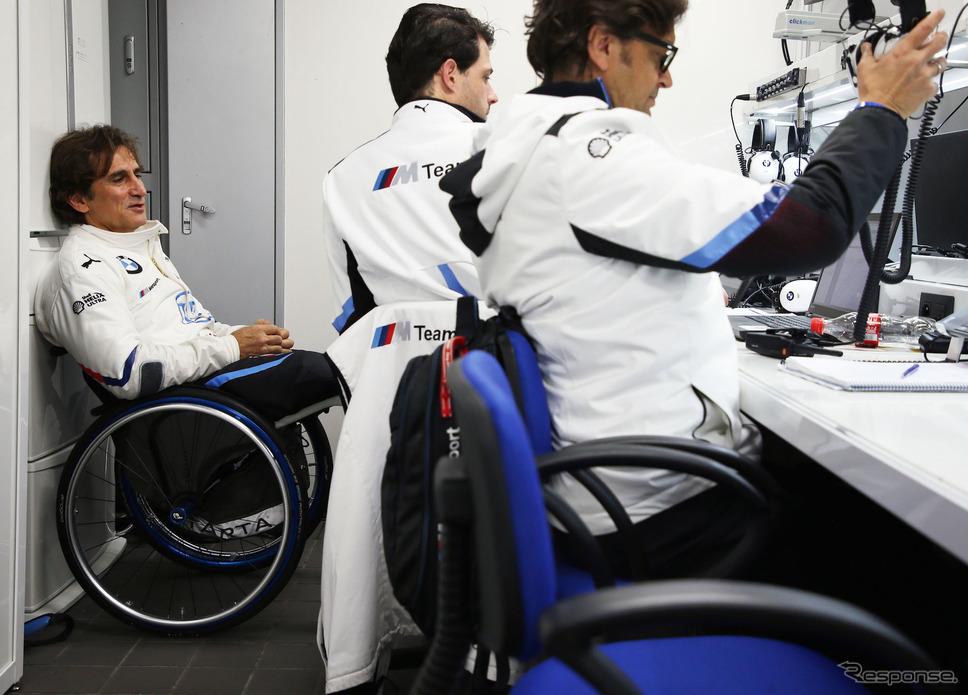 昨年11月、富士スピードウェイで開催された「SUPER GT×DTM特別交流戦」に参戦したときのアレックス・ザナルディ(左端)。《写真提供 BMW》
