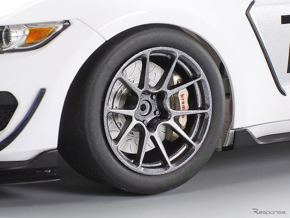 スリットが入ったブレーキディスクや大型ブレーキキャリパー、スリックタイヤが足もとを引き締める《画像:タミヤ》