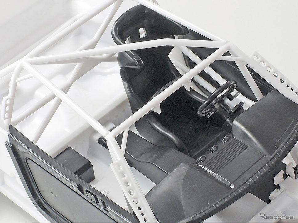ロールケージやフルバケットシート、消火器などを備えたレース仕様の室内《画像:タミヤ》