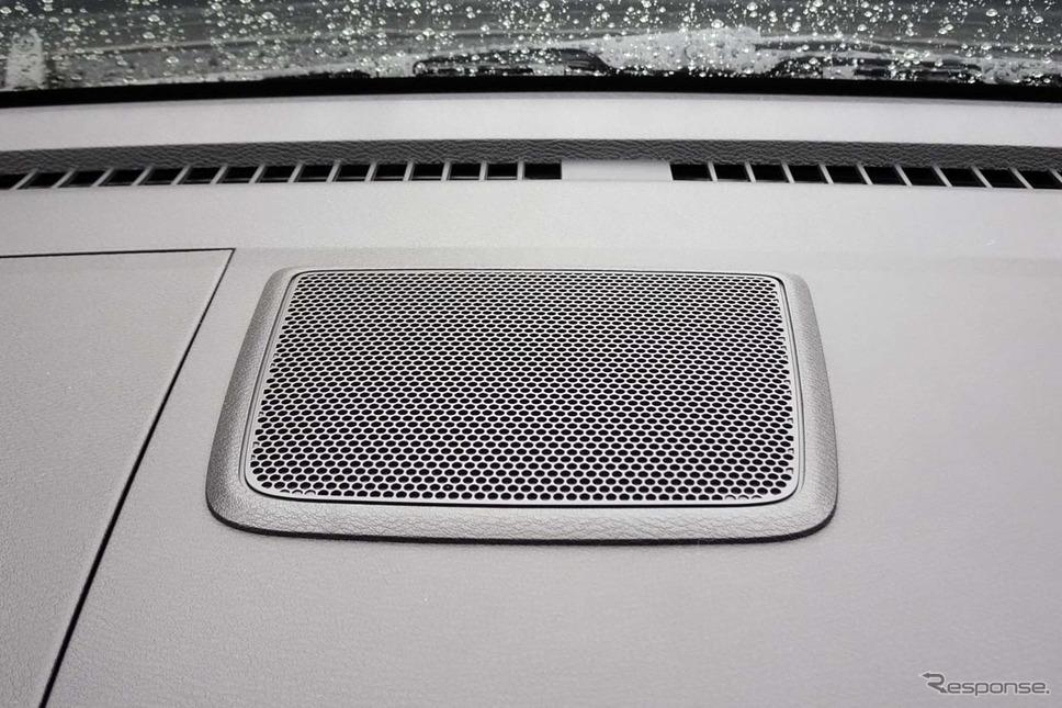 日産ルークス新型。「SOSコール」のオペレーターの音声はダッシュボード上に専用スピーカーでモニターされる