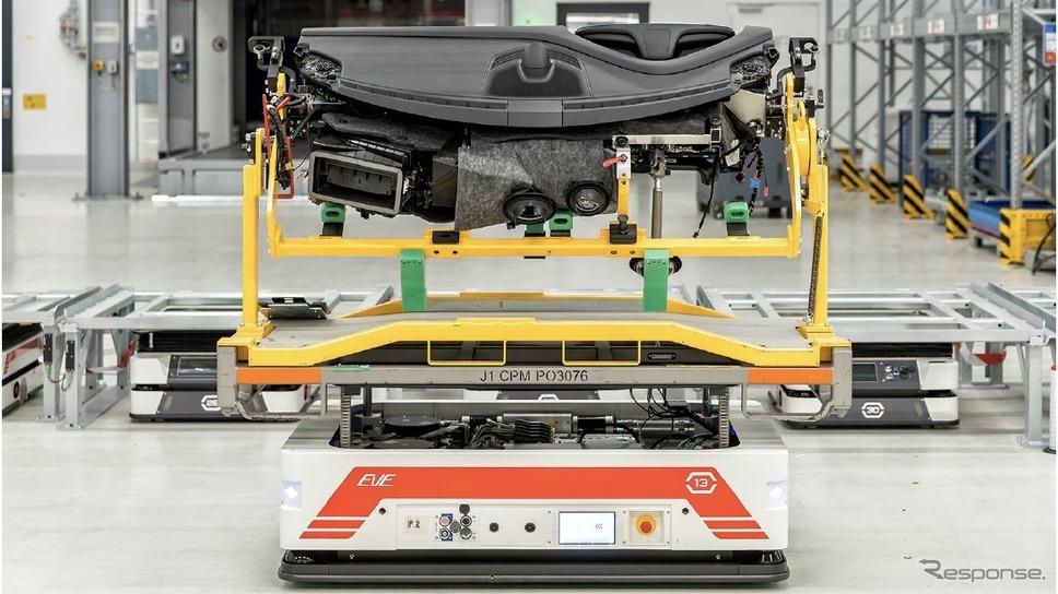 ポルシェ・タイカンの部品を載せたサーバ・トランスポート・システムズ社の自動運転の無人輸送車《photo by Porsche》