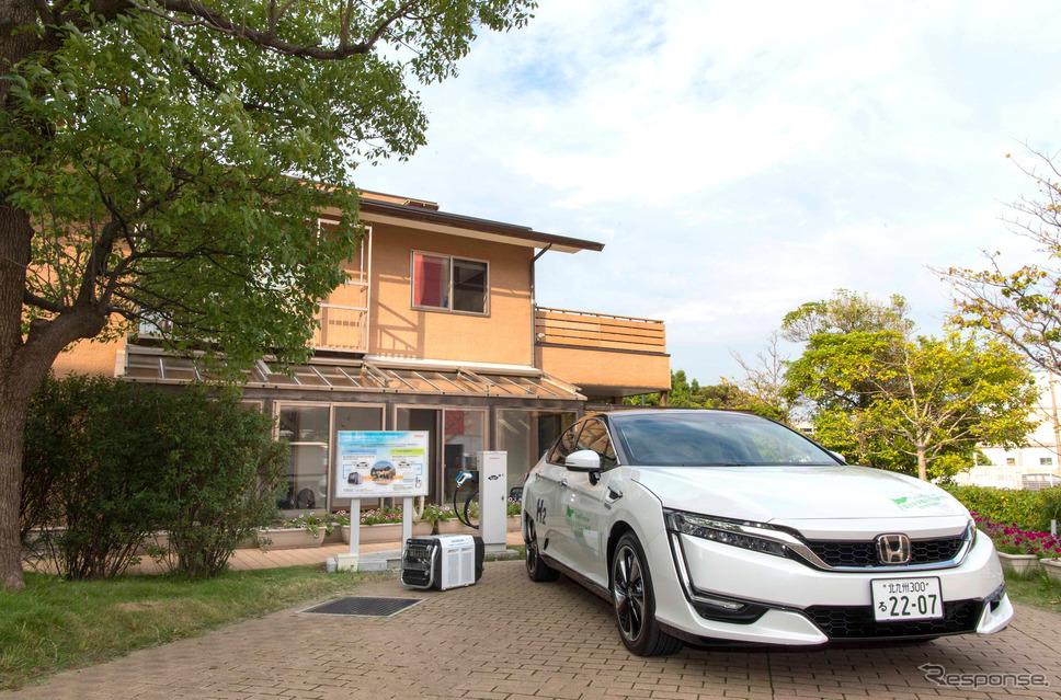 ホンダが展開する北九州市エコハウスと燃料電池車のクラリティ・フューエル セル《写真提供 ホンダ》