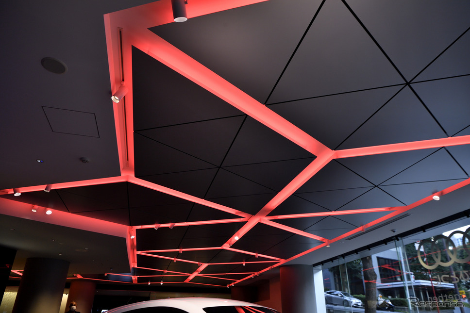 ドゥカティをイメージした赤のLEDライトがショールームを照らす《写真撮影 雪岡直樹》
