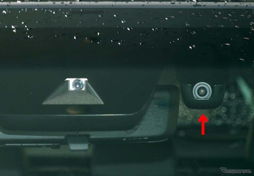 フロントウインドウ側に取り付けられた2つのカメラ。右側が「デジタルインナーミラー」用カメラ(矢印)