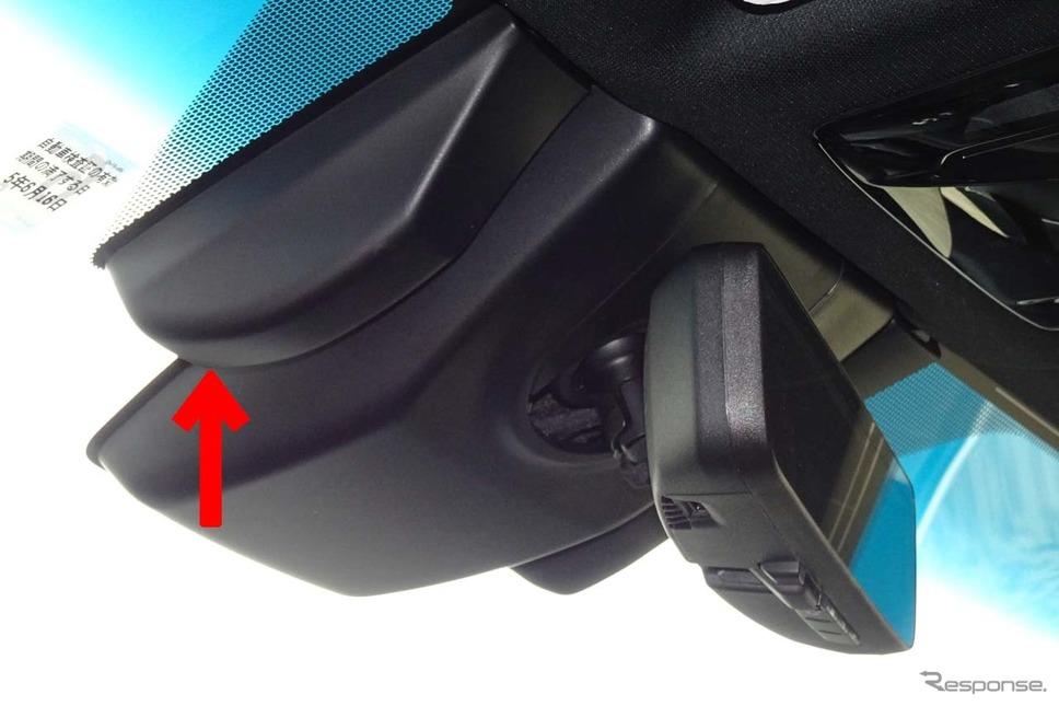 車内側から撮影した「デジタルインナーミラー」用カメラ(矢印)