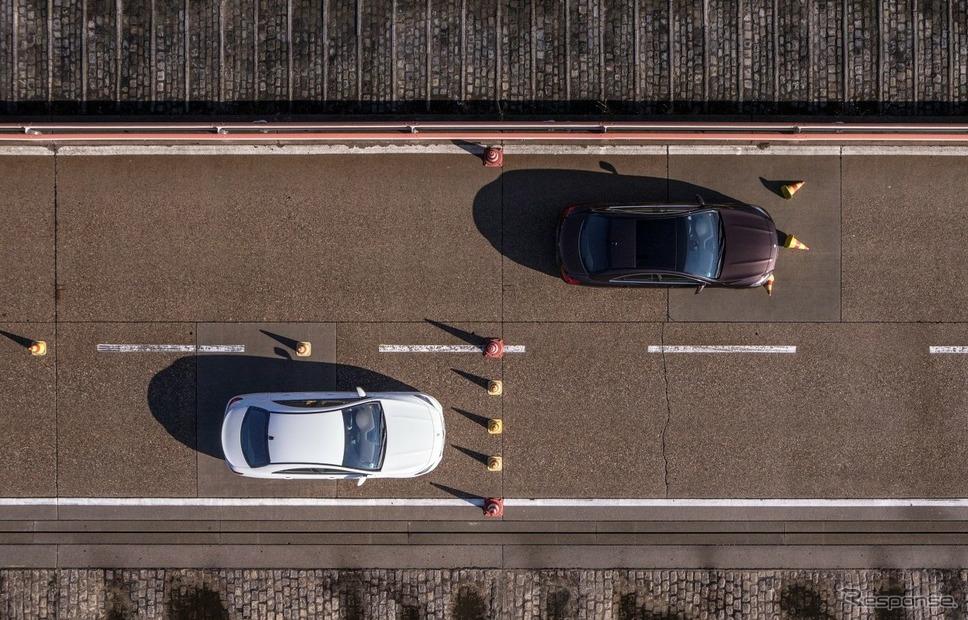 メルセデスベンツのブレーキパッドの比較テスト。上が偽造品で下が正規品。制動距離に車体1台分以上の違い《photo by Daimler》