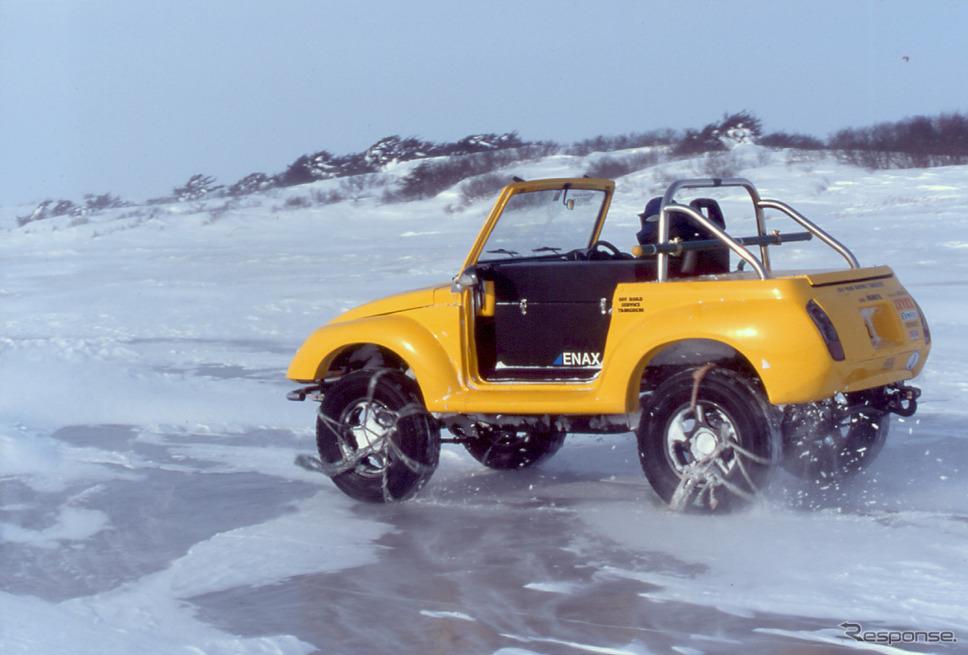 氷結した間宮海峡上を走行するEVジムニー。《写真提供 ZEVEX》