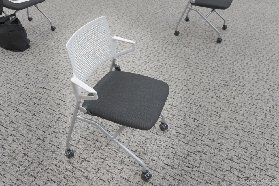 発表会会場で記者に用意された椅子が、アレルクリーンが採用された新製品FM-345(肘付)、4万2000円(税別)。シート表皮の肌触りは、しっとりと柔らかいといった印象だった。《写真撮影 関口敬文》