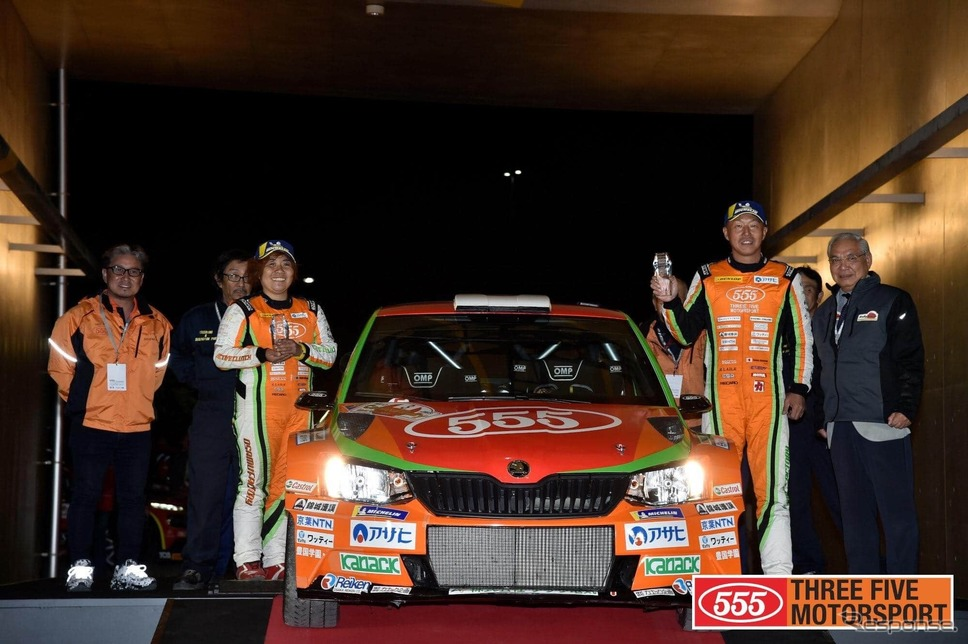 齊田美早子さん(左)とドライバーの福永修さん(右)《写真提供 THREE FIVE MOTORSPORT》