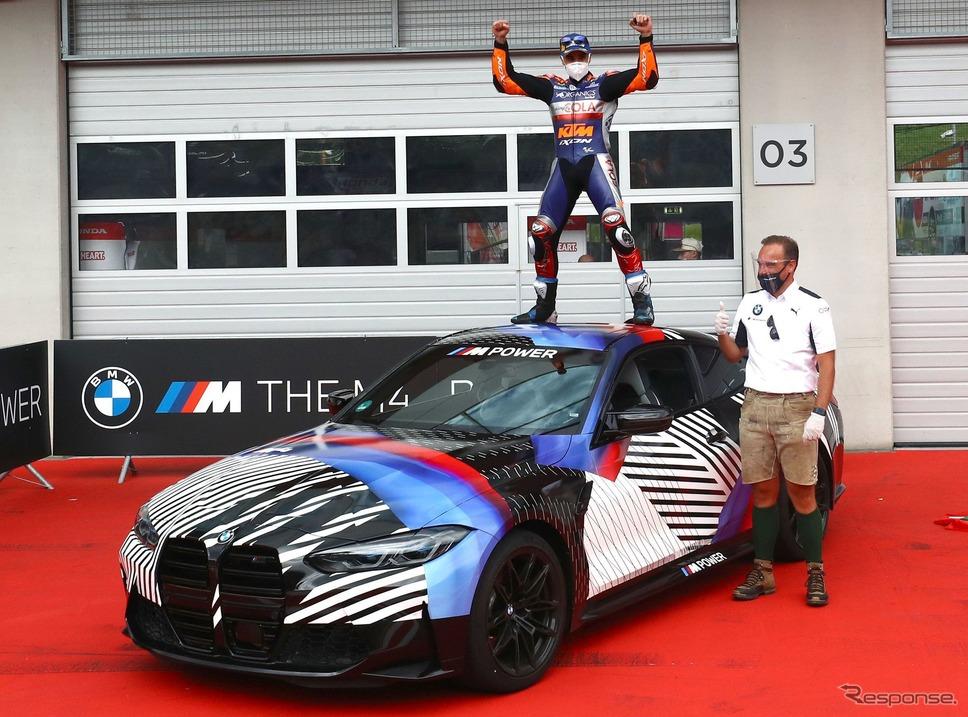 BMW M4 クーペ 次期型とMotoGPのミゲル・オリベイラ選手《photo by BMW》
