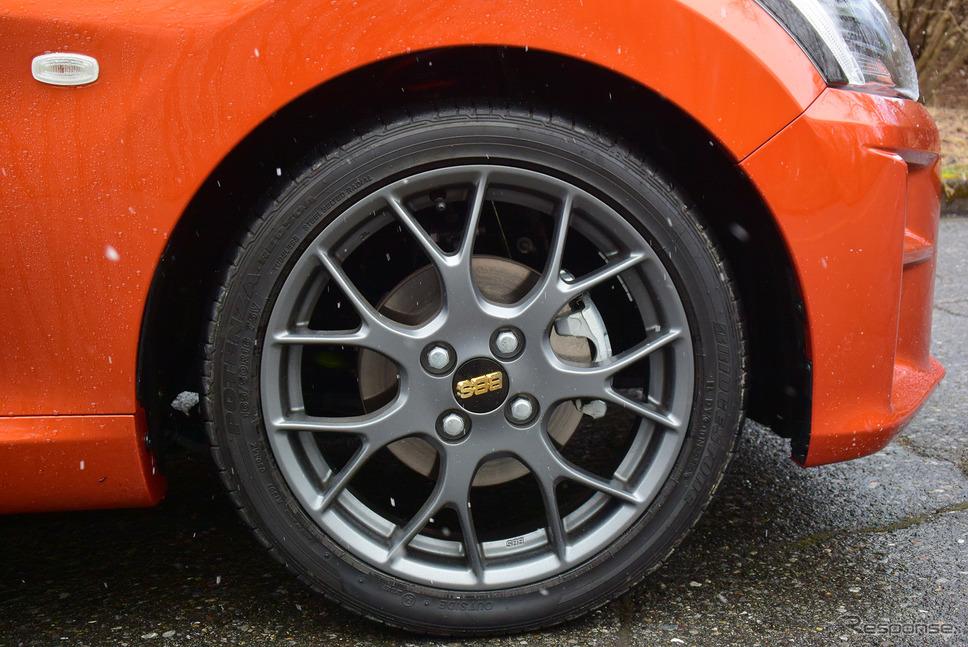 タイヤはブリヂストン「POTENZA RE050A」。足とのマッチングは上々で、非常にコントローラブルだった。《撮影 井元康一郎》