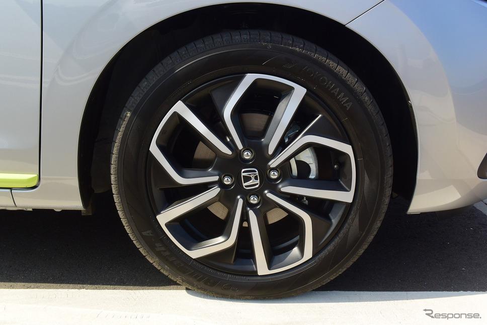 ハイブリッドNESSの標準装着タイヤサイズは185/55R16。銘柄は最近OEMを頑張っている感のある横浜ゴム「BluEarth-A」。《写真撮影 井元康一郎》