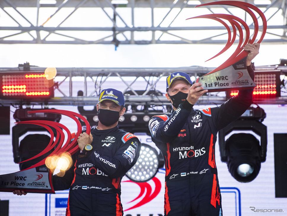優勝したヒュンダイのO.タナク(右。左はコ・ドライバーのM.ヤルヴェオヤ)。《写真提供 Red Bull》