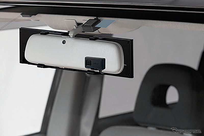 レーザーアンテナは純正ルームミラー裏(車外側)に設置でき、取り付けスッキリ《写真提供 セルスター工業》