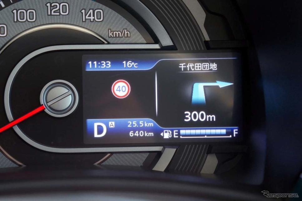 メーター内のディスプレイでは、カメラで読み取った情報を元に交通規制を表示。カーナビの分岐点情報も連携して表示する《写真撮影 会田肇》