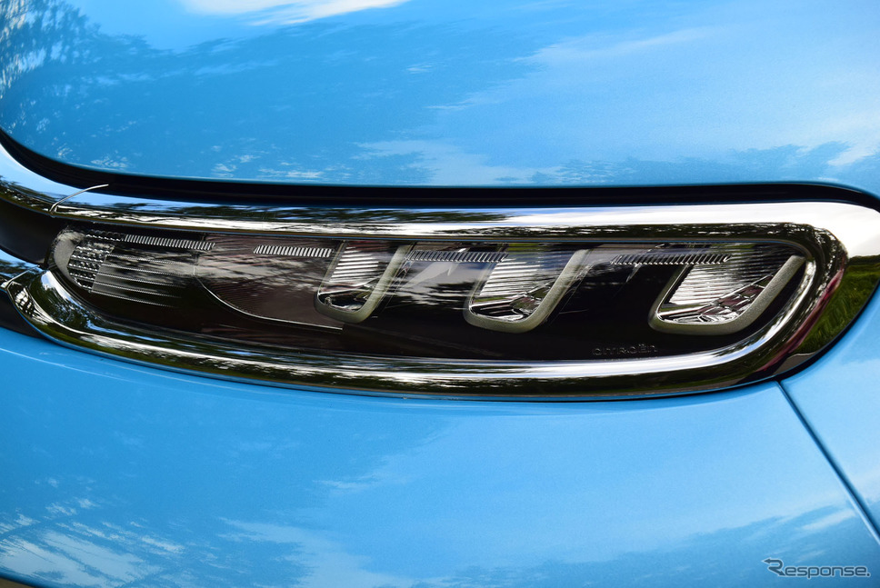 スモールランプはシャープな薄目デザイン。《写真撮影 井元康一郎》