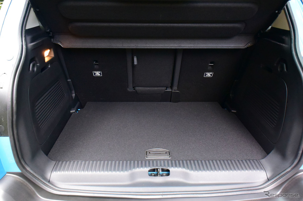 荷室。ショートドライブのため積み込みは経験していないが、旅行用トランクなどをぴっちり並べられそうなスクエアなレイアウト。《写真撮影 井元康一郎》
