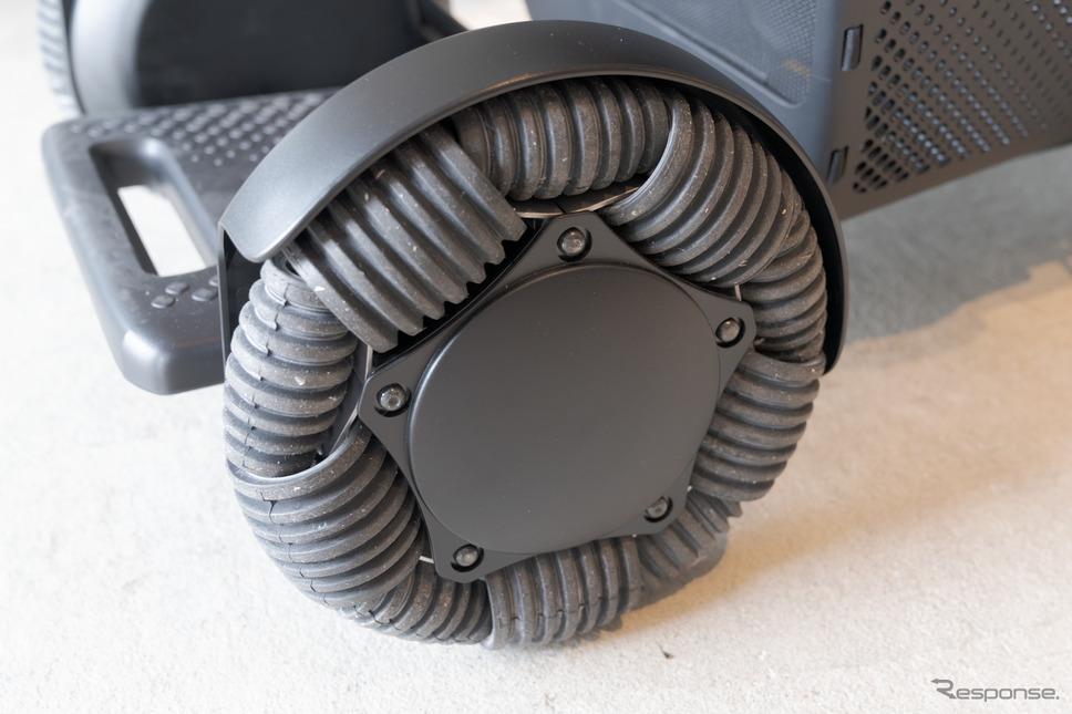 横にも移動出来るように前輪は独特な形状となっている。《写真撮影 関口敬文》