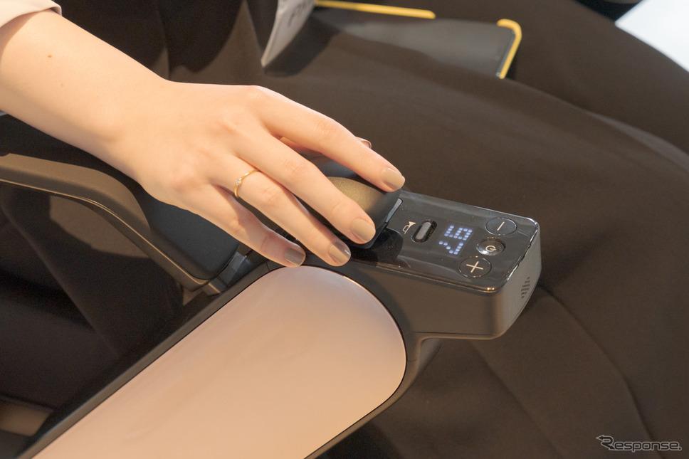 手元のコントローラーは、電源ボタンと最高速度調整のプラスマイナスボタン、ホーンボタン、コントローラーヘッド、バッテリー・速度表示窓のみといたってシンプル。《写真撮影 関口敬文》