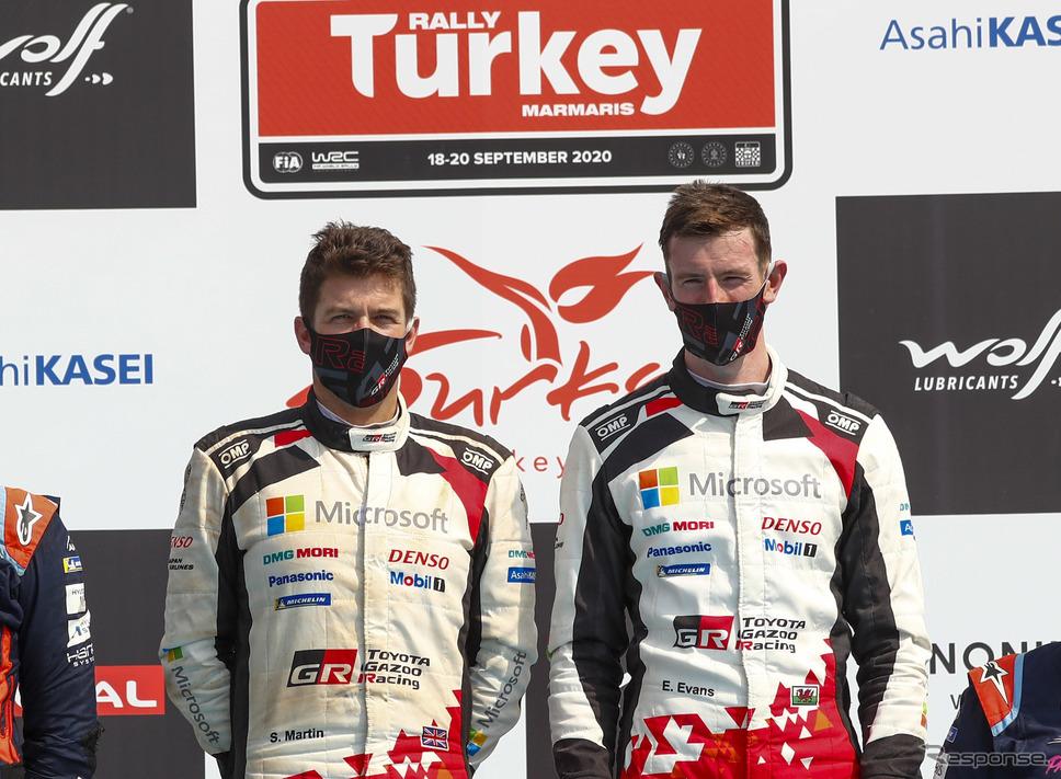 優勝したトヨタの#33 エバンス(右。左はコ・ドライバーのS.マーティン)《写真提供 TOYOTA》
